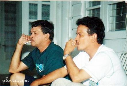 Papa dan om Teddy ketika masih relatif muda...masih merasa bebas untuk merokok, karena badang masih terasa sangat sehat